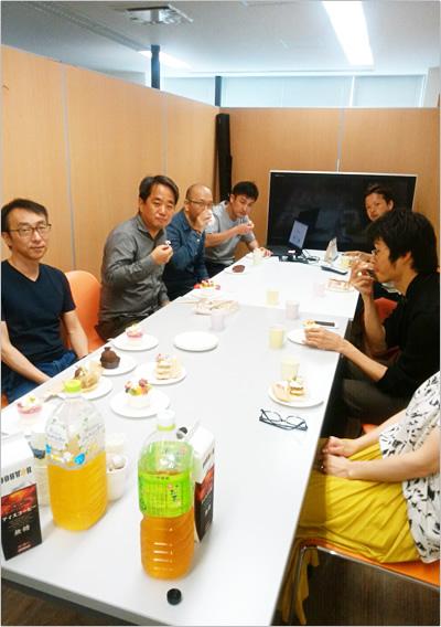 向かって左手前から河野副社長と藤澤社長、その他の一部ディーボスタッフ